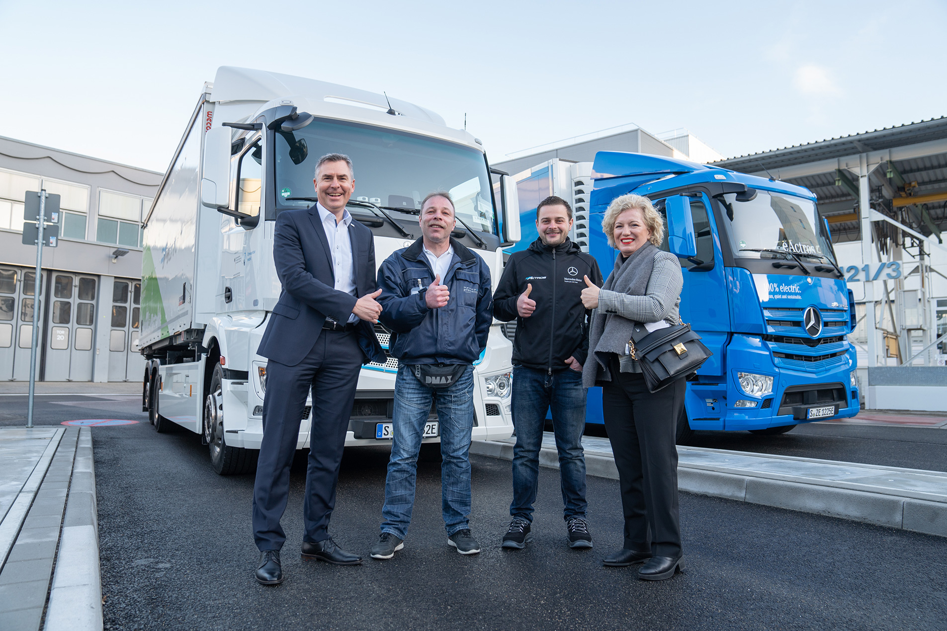 Team von pfenning logistics und Daimler Mercedes-Benz vor dem elektrogetriebenen LKW Mercedes-Benz eActros