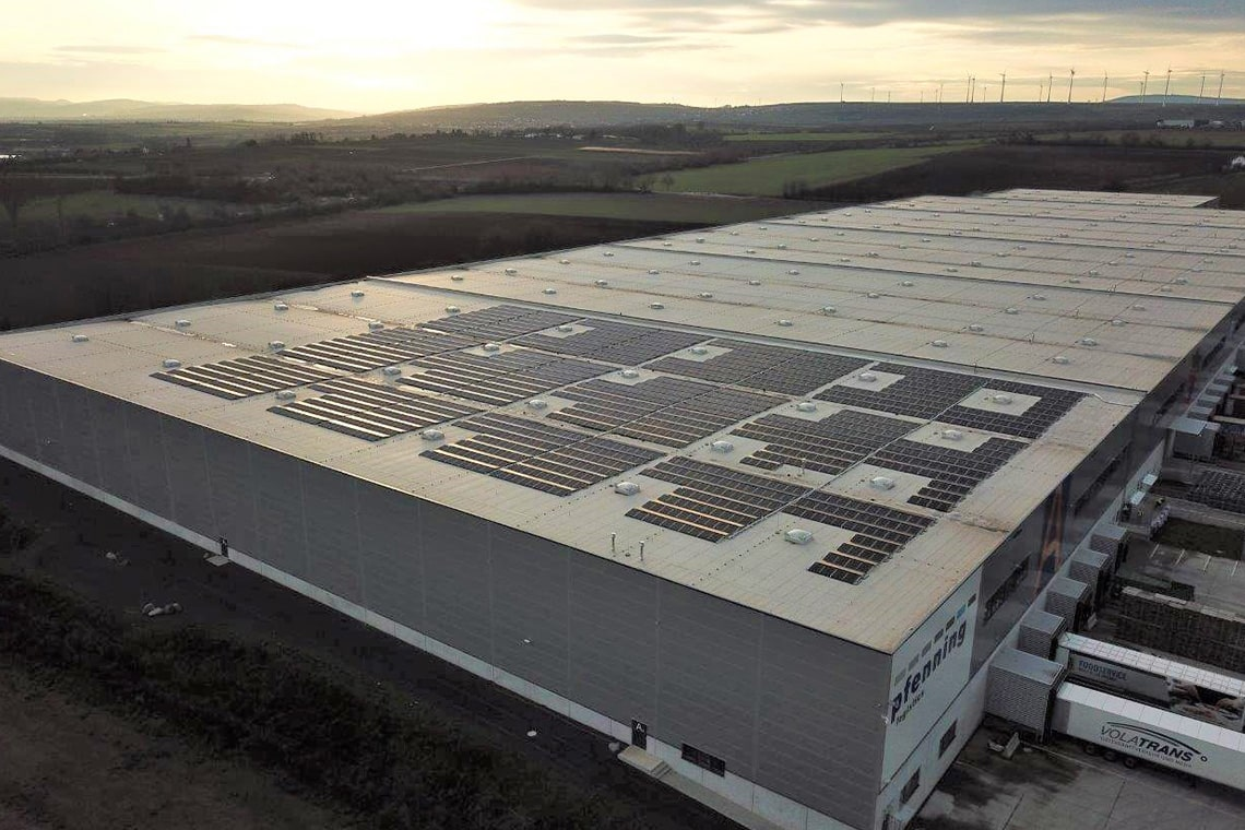 enormer solardachkomplex pfenning logistics
